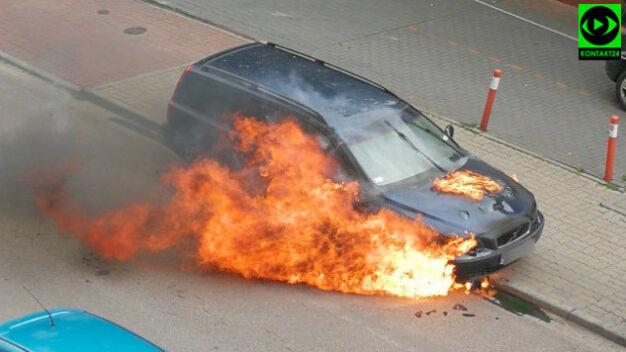 Zaparkowany samochód stanął w płomieniach. Policja: samozapłon