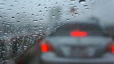 30 litrów deszczu, wiatr o prędkości 90 km/h. Kierowcom na zachodzie będzie trudno