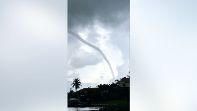 Wirujący lej nad wodą. Nagranie z Florydy