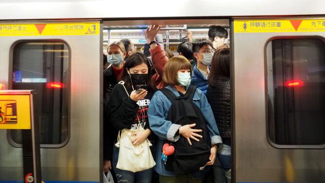 """Władze zawieszają transport publiczny w Wuhanie. """"Zaleca się omijanie tego miasta"""""""